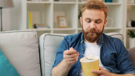 Un bărbat a vrut să mănânce înghețată, dar a trăit un adevărat ȘOC! Ce a găsit în cutie
