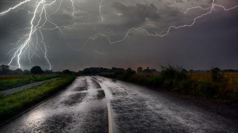 E JALE! 27 de judeţe sunt duminică sub cod galben de furtuni; cantitatea de precipitaţii poate depăşi 50 de litri pe metru pătrat