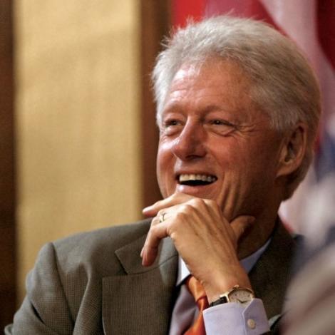 Bill Clinton și-a lansat prima carte de ficțiune, despre dispariția unui președinte American. Ce ironie a făcut la adresa lui Donald Trump