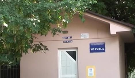 Doar în România mai vezi! Abonament pentru toaleta publică, în Râmnicu Vâlcea!