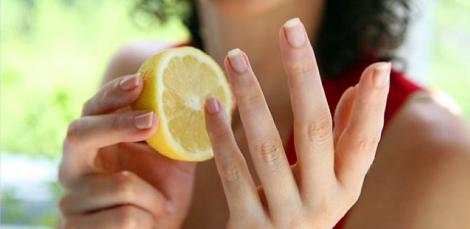 O femeie și-a dat cu lămâie pe unghii și așteptat! Ce a observat