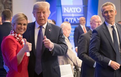 FOTO! Președinta Croației, Kolinda Kitarovic, a dus fotbalul la summitul NATO! Donald Trump și Theresa May au primit cadou tricoul Croației