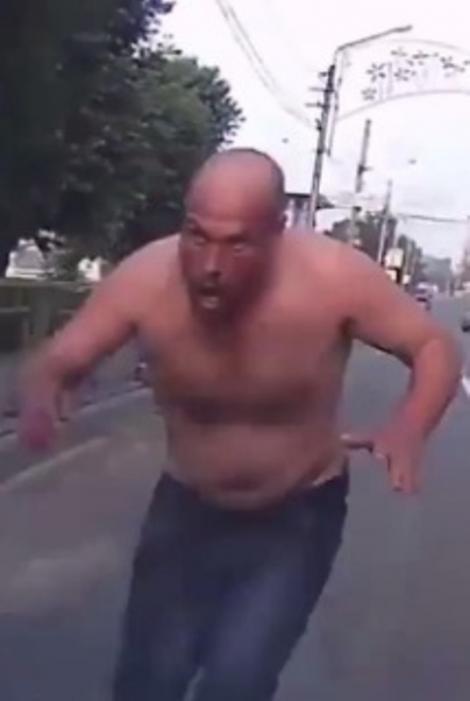 Un șofer a fost ATACAT de un zombi! Imaginile nu sunt pentru cei slabi de înger (VIDEO)