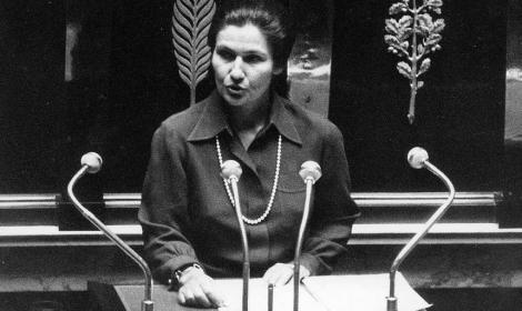 A supravieţuit Holocaustului, a fost prima femeie aleasă preşedinte al Parlamentului European şi a legalizat avortul în Franţa. Simone Veil, înhumată alături de Voltaire și Victor Hugo