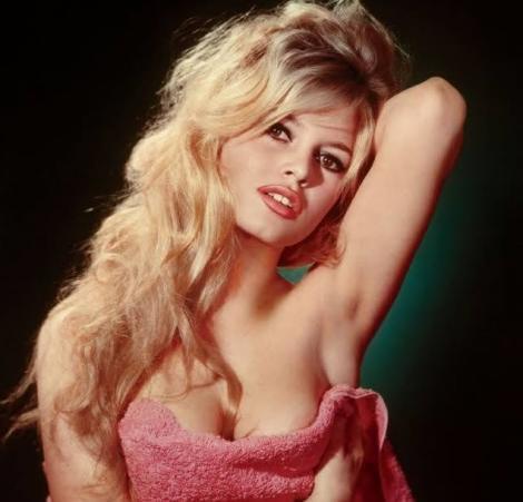 """Brigitte Bardot, sex-simbol în anii 1960, salvatoarea modei bikinilor, a ajuns de plâns la aproape 84 de ani! Cum a fost fotografiată actrița care a fost numită """"una dintre cele mai frumoase femei din lume"""". FOTO ȘOCANTE"""
