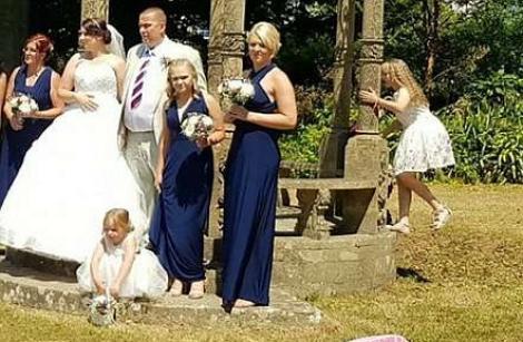 NEOBRĂZARE CRUNTĂ! Cum a stricat o femeie pozele de la o nuntă. Așa ceva nu ai mai întâlnit! VIDEO, FOTO