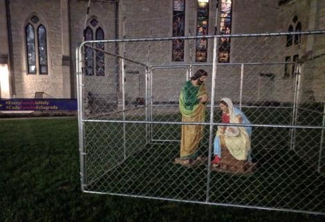 Așa ceva NU AI MAI ÎNTÂLNIT! Pruncul Iisus și Fecioara Maria, puși ÎN CUȘCĂ de o Biserică. Mesajul CUTREMURĂTOR transmis prin acest gest