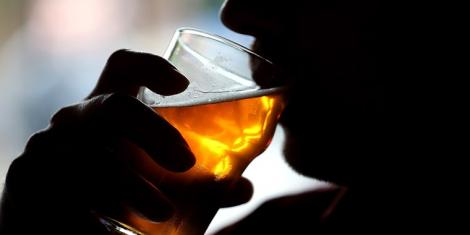 Un bărbat a vrut să bea o bere, dar a trăit un adevărat șoc când a privit paharul! Ce a găsit înăuntru