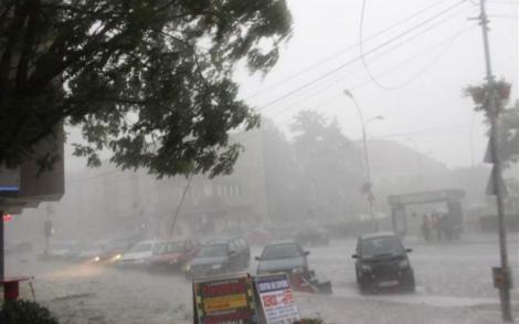 Vremea o ia razna în următoarele ore! Meteorologii anunță fenomene meteo neobișnuite! Va fi COD PORTOCALIU de PLOI TORENȚIALE