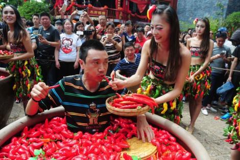 """VIRAL! Un chinez a înghiţit 50 de ardei iuţi într-un minut: """"I-a mâncat cu o viteză halucinantă. Maestrul de ceremonii abia terminase de vorbit"""""""