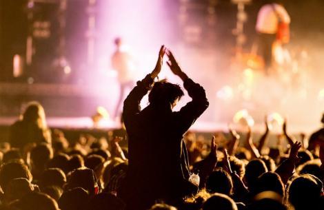 Festival încheiat TRAGIC! Peste 250 de persoane au fost rănite după prăbușirea unei platforme