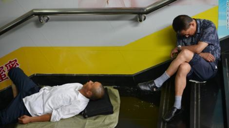 Măsuri incredibile pentru a scăpa de caniculă! Tot mai multe persoane aleg să doarmă sub cerul liber pentru a evita căldura din apartamente!