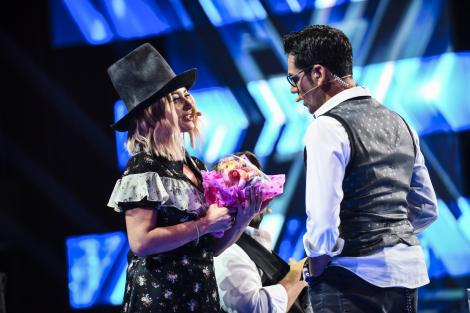 """Jurații """"X Factor"""", răsfățați de spectatori și de concurenți cu mici cadouri"""