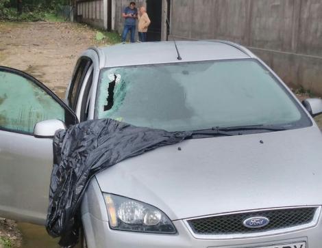 FOTO. Furtunile au făcut PRĂPĂD în țară! Un copac a CĂZUT peste o mașină în care se aflau DOI COPII!