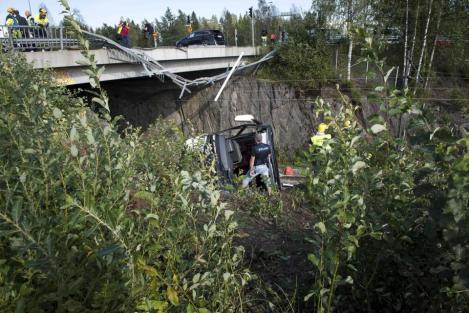 FOTO. Patru MORŢI si peste 20 de RĂNIŢI în Finlanda! Un autocar a căzut de pe un pod peste calea ferată