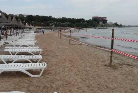 Pericol pe litoral! S-au scos 12 TONE de material TOXIC din nisipul de pe o plajă din Mangalia. Zona a fost închisă!
