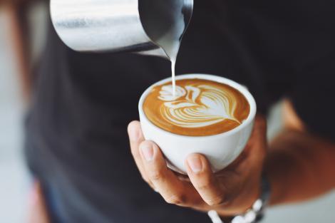 Și-a cumpărat o cafea, dar a simțit că ceva era în neregulă. Ce a descoperit în ceașcă a trimis-o direct la spital