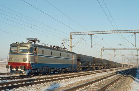 Incident periculos! Mai multe vagoane s-au desprins dintr-un tren CFR de marfă, în timpul mersului