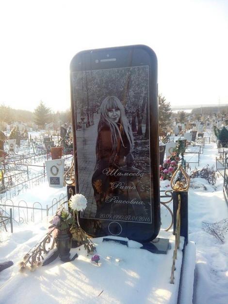 """A murit la 25 de ani. Și-a tras un iPhone gigant drept piatră funerară. I-a pus logo, taste de volum și cameră. """"Am leșinat, am crezut că am halucinații!"""""""