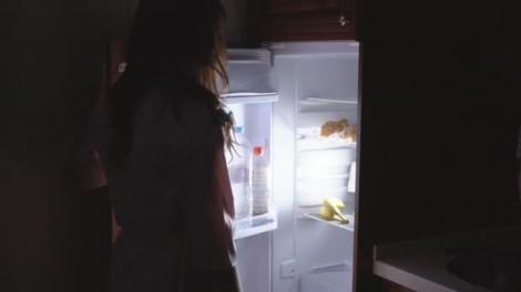 Studenta s-a dus la frigider să își ia o gustare, dar a făcut o descoperire TERIFIANTĂ! Ce a găsit
