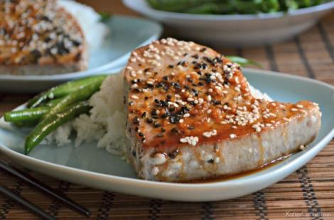 File de ton în crustă de susan, cu legume și orez! Poți folosi orice alt pește, rezultatul e savuros!