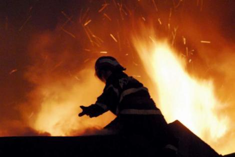 Ultimă oră! Incendiu puternic în Ploiești! Trei case ard în totalitate