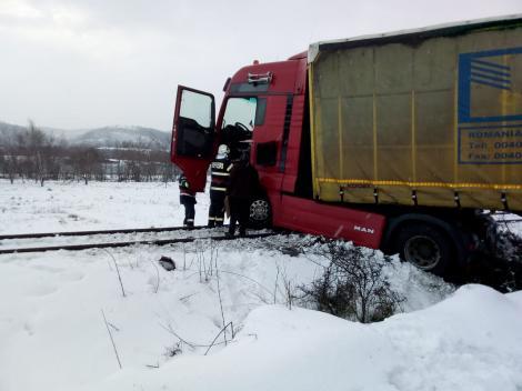 Ultima oră! TIR căzut pe calea ferată în Hunedoara. Circulația trenurilor este blocată