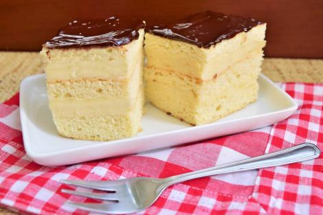Prăjitură cu cremă de vanilie și glazură de ciocolată