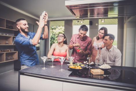 Cum să-ți aprovizionezi barul de acasă: ce băuturi și ingrediente ar trebui să incluzi