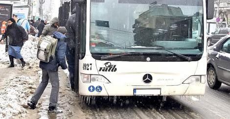 Bucureștiul, paralizat de ploaia înghețată! Autoritățile au retras toate troleibuzele în depouri. din cauza condițiilor meteo extreme