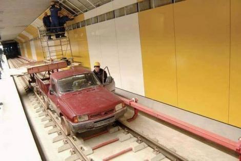 FOTO. Nu e caterincă! E lucrătorii de la metroul din Drumul Taberei, în 2019! Fugi, bă, Dacia pe șine!