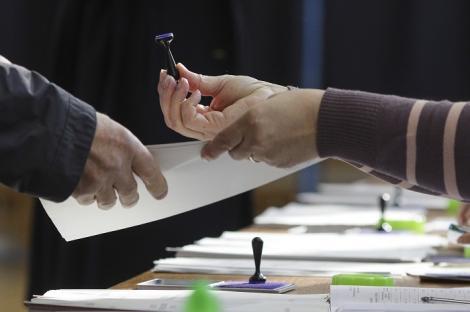 Primarul unei comune din Mehedinţi, către participanţii la un eveniment: Ca să putem ajunge şi noi la bani, de la voi cerem voturi!