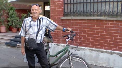 """Curier pe bicicletă la 71 de ani. Bunicul face zilnic cel puţin 50 de kilometri pentru a livra mâncare: """"Pentru un bănuț în plus și ca să fiu util și cinstit"""""""