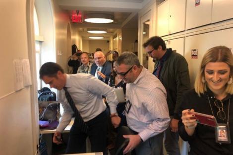 """Momentul în care un șoarece a căzut din tavan în sala de presă de la Casa Albă! Reporterii s-au speriat teribil: """"Pur și simplu mi-a aterizat în poală!"""""""