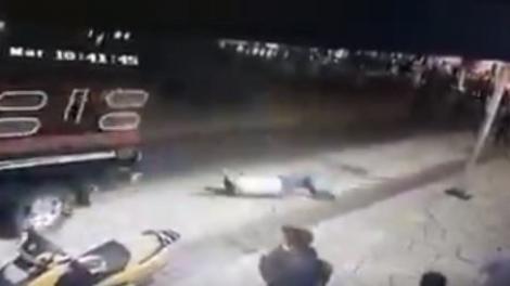 Un primar a fost scos pe sus din birou, legat cu sfori și târât pe străzi de localnici! Oamenii erau revoltați că nu a reparat un drum