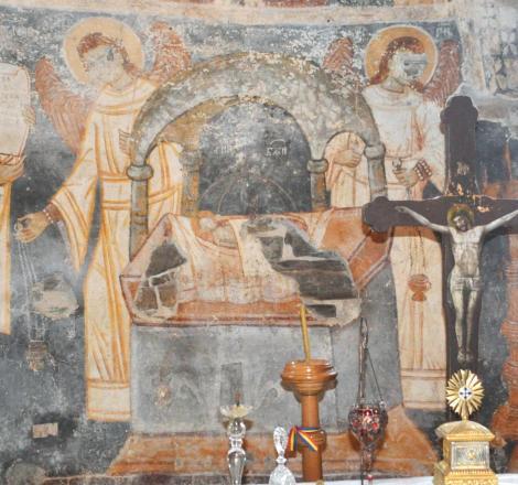 """Densuș, biserica ridicată din piatra mormintelor romane. """"Le-au scos ochii sfinților, dar ei tot văd!"""""""