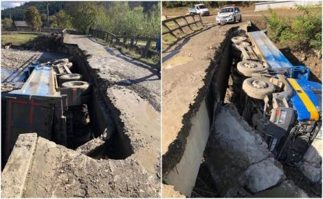 """Un camion s-a răsturnat după ce podul pe care-l traversas-a prăbușit. Primarul comunei: """"Localnicii l-au avertizat să nu mai treacă pe aici!"""""""