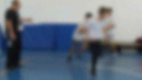 Cinci copii în clasa întâi, loviți cu palma de un profesor de sport! Tatăl unuia dintre elevi a alertat Poliția