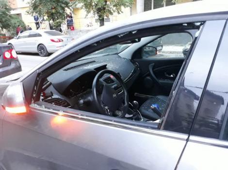 Femeie atacată cu bâta, la Baia Mare! Soțul nervos a făcut praf mașina | FOTO