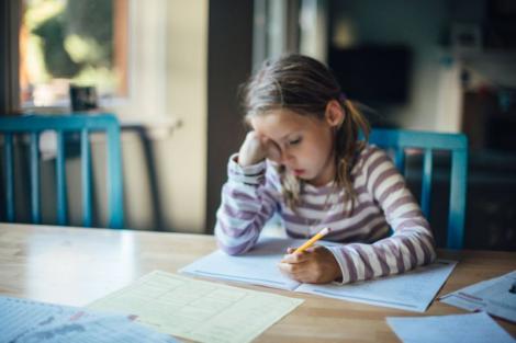 """O elevă de zece ani a refuzat să răspundă la o întrebare dintr-un test și a cucerit internetul! Ce i-a scris profesoarei este incredibil. """"Îmi pare rău, dar…"""""""