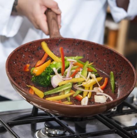 CONCURS pentru fanii emisiunii Chefi la cuțite! Răspunde la întrebare și câștigi o super tigaie Regis Stone Copper Wok!