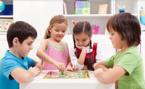 Cinci beneficii pe care jocurile de societate le au asupra dezvoltării copiilor