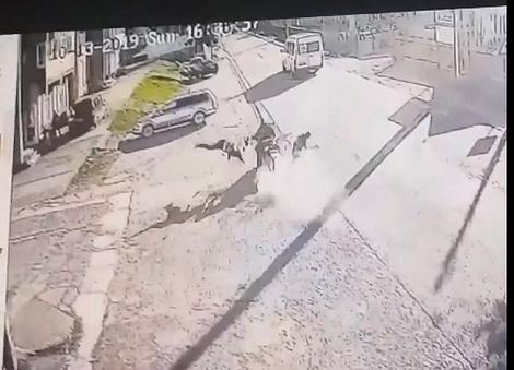 Momentul în care doi părinți și copilul lor sunt spulberați de un motociclist! Atenție, imagini care vă pot afecta emoțional! (VIDEO)