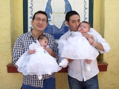 Un cuplu de gay a adoptat un bebeluș cu HIV abandonat și refuzat de 10 familii