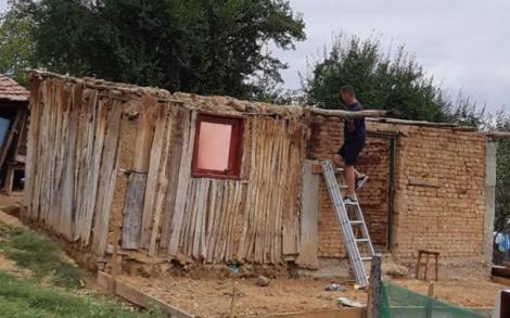 """Voluntari reclamaţi de vecini că  renovează casa unor sărmani: """"Ne înjurau când treceau pe drum"""""""