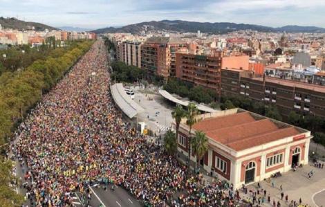 Grevă generală şi manifestaţie la Barcelona după a patra noapte de violenţe în Catalonia