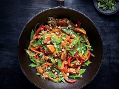 Pui cu legume și alune! E gata în 20 de minute, are puține calorii și nici nu costă mult!