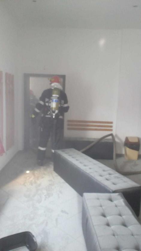 Incendiul de la sala de sport din Timişoara! Au fost evacuaţi 32 de oameni. Focul a fost pus intenţionat