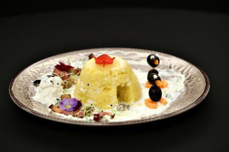 Iată cum putem să facem din banala rețetă de mămăligă cu brânză și cârnați, o poveste!
