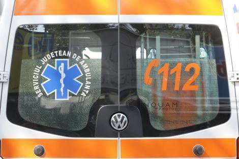 Un bărbat care era transportat la un spital de psihiatrie din Craiova a sărit din ambulanţă, având la el o foarfecă; el a fost prins de poliţişti
